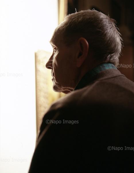 Polish film director and writer Tadeusz Konwicki is posing for photographer in his flat, March 2002 in Warsaw, Poland.<br /> (Photo by Piotr Malecki / Napo Images)<br /> Rezyser Tadeusz Konwicki w swoim mieszkaniu w Warszawie. Marzec 2002<br /> Fot: Piotr Malecki / Napo Images