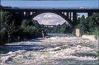 Il fiume Adda in piena presso il ponte autostradale di Trezzo sull'Adda (Milano) --- The river Adda in flood near the highway bridge of Trezzo sull'Adda (province of Milan)