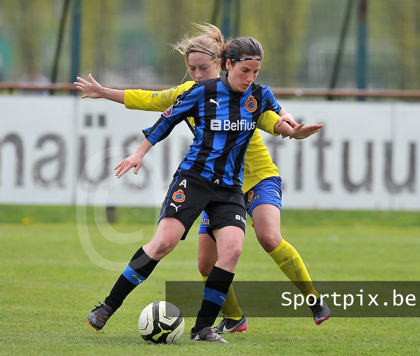 Club Brugge Dames - STVV Sint Truidense VV : Lore Dezeure aan de bal voor Eleen Kimps.foto DAVID CATRY / Nikonpro.be