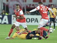 BOGOTÁ-COLOMBIA-04-02-2014. Jonathan Copete (Izq) y Wilder Medina (Der) jugadores del Independiente Santa Fe de Colombia, disputa el balón con Edigio Alvarado (C) jugador del Monarcas Morelia de Mexico, durante partido entre Independiente Santa Fe y Monarcas Morelia de la primera fase llave G5, de la Copa Bridgestone Libertadores en el estadio Nemesio Camacho El Campin, de la ciudad de Bogota. / Jonathan Copete (L) and Wilder Medina (R) players of Independiente Santa Fe of Colombia, vies for the ball with Edigio Alvarado (C) player of Monarcas Morelia of Mexico, during a match between Independiente Santa Fe and Monarcas Morelia for the first phase, G5 key, of the Copa Bridgestone Libertadores in the Nemesio Camacho El Campin in Bogota city.  Photo: VizzorImage/ Gabriel Aponte /Staff