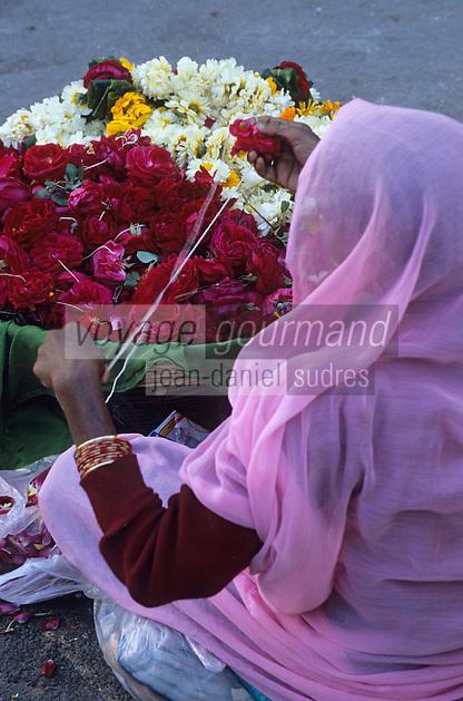 Asie/Inde/Rajasthan/Udaipur: Marchande de guirlandes de fleurs pour offrandes aux dieux dvant le temple de Jagdish (Temple vishnouite érigé en 1651 dans le style des sanctuaires de Chittorgarh par le maharana Jagat Singh Ier)