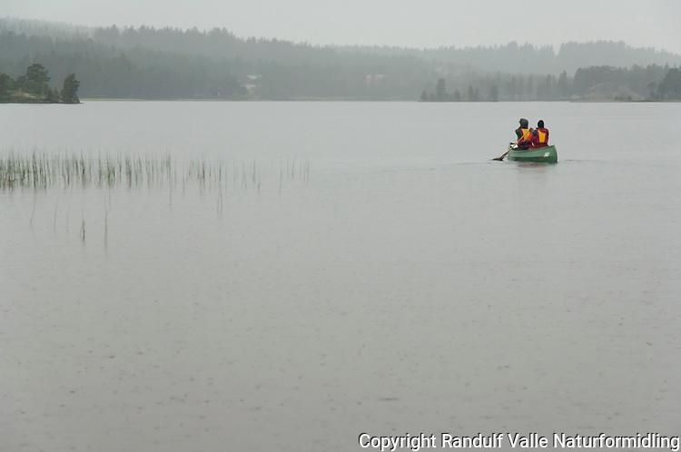 Kano i regn på Håsjøen. ---- Canoe in rain.