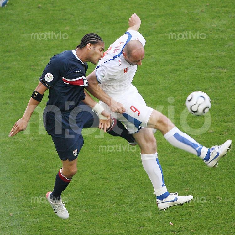 Fussball WM 2006  Gruppenspiel  Vorrunde USA - TSCHECHIEN Jan Koller (CZE vorne) gegen Oguchi Onyewu (USA)