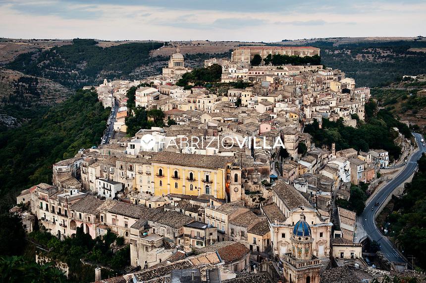 Una veduta panoramica di Ragusa Ibla.  Resa famosa dalla fiction tv del Commissario Montalbano. foto fabrizio villa