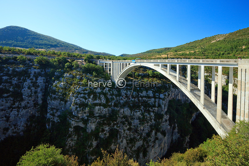 France, Var (83), parc naturel régional du Verdon, Gorges du Verdon, Comps-sur-Artuby, saut en élastique depuis le pont de Artuby, le plus haut d'Europe pour la pratique de cette activité // France, Var, Parc Naturel Regional du Verdon (Natural Regional Park of Verdon), Gorges du Verdon, Comps sur Artuby, bungee jumping from Artuby bridge, the highest in Europe for the practice of this activity