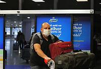 Manaus (AM), 28/02/2020 - Covid-19-Manaus - Pessoas usando mascaras para se proteger do novo coronavirus (Covid-19), no Aeroporto Internacional Eduardo Gomes, no inicio desta noite desta sexta-feira (28) em Manaus. (Foto: Sandro Pereira/Codigo 19/Codigo 19)