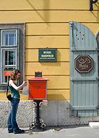 HUN, Ungarn, Budapest, Stadteil Buda, Burgviertel: Frau wirft Brief in Briefkasten beim Postamt am Paradeplatz (Dísz ter)   HUN, Hungary, Budapest, Castle District: post office at Parade Square (Dísz ter), woman dropping a letter into letterbox