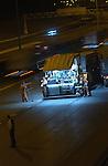 UTRECHT - Asfalteren in het holst van de nacht op de snelweg A27, afslag A12. Om files te voorkomen en vanwege de veiligheid van de wegwerkers wordt asfalteren voornamelijk 's nachts gedaan of overdag op afgesloten wegen. COPYRIGHT TON BORSBOOM