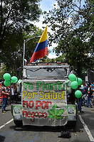 MEDELLÍN - COLOMBIA, 02-05-2015. Un carro lleva un cartel en favor del consumo saludable de la marihuana durante la Séptima Marcha Mundial de La marihuana hoy 02 de mayo de 2015 en la ciudad de Medellín, Colombia./ A car carries a poster in favor of healthy consumption of marijuana during the 7ª World March of Marijuana today May 2 of 2015 in Medellin City. Photo: VizzorImage/ León Monsalve /Cont