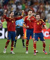 FUSSBALL  EUROPAMEISTERSCHAFT 2012   HALBFINALE Portugal - Spanien                  27.06.2012 Spanischer Jubel: Sergio Ramos, Gerard Pique, Jordi Alba (v.l., alle Spanien)