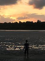 Praia entre comunidade do Igarape Grande e Sao Pedro. Maré seca. Comunidade fazendo baliza do rio. Por do Sol. .<br /> Arquipélago do Bailique, Amapá, Brasil.<br /> Foto Roberta Ramos<br /> 13/09/2016