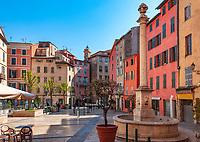 Frankreich, Provence-Alpes-Côte d'Azur, Grasse: Place aus Herbes im Zentrum der Altstadt | France, Provence-Alpes-Côte d'Azur, Grasse: old town - Place aux Herbes