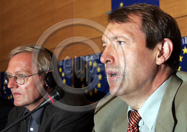 STRASBOURG - FRANCE - 14 SEPTEMBER 2004 -- EU-Parliament session in Strassbourg. -- Press conference of the GUE/NGL Group on Iraq and the EU Budget 2005.--André BRIE (L) (Andre) (Ger) and Esko SEPPÄNEN (Fin) (Seppaenen, Seppanen). --PHOTO: JUHA ROININEN / EUP-IMAGES.
