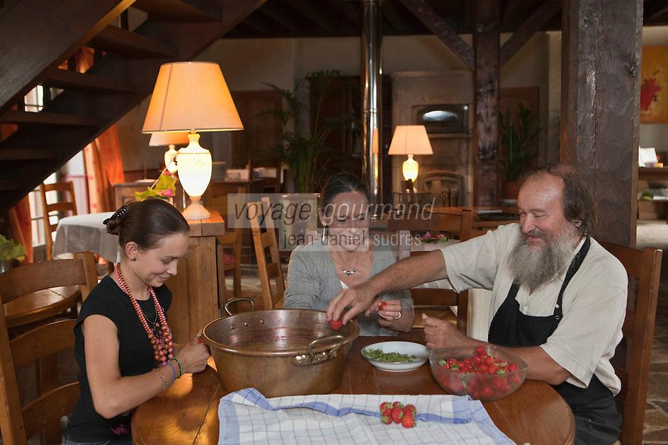 Europe/France/Aquitaine/24/Dordogne/Saint-Romain & Saint-Clement : Le Manoir de Bigeau Jean-Yves Pin , son épouse Catherine et une de leurs filles préparent les fraises bio de leur potage