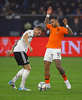 Toni Kroos (Deutschland Germany) gegen Memphis Depay (Niederlande) - 19.11.2018: Deutschland vs. Niederlande, 6. Spieltag UEFA Nations League Gruppe A, DISCLAIMER: DFB regulations prohibit any use of photographs as image sequences and/or quasi-video.