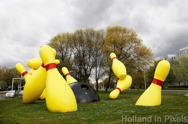 Nederland Eindhoven 2016. De Flying Pins is een groot openbaar beeld in Eindhoven. Het werd ontworpen door de beeldhouwers Claes Oldenburg en Coosje van Bruggen. Foto Hollandse Hoogte / Berlinda van Dam