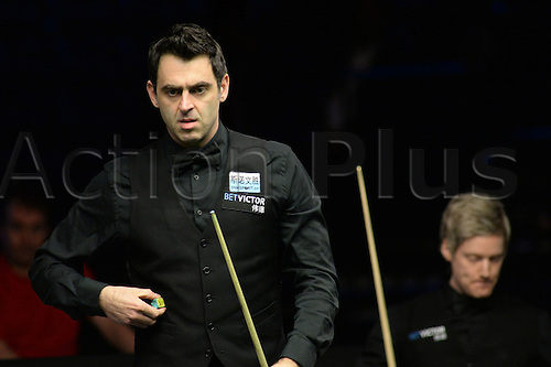 21.02.2016. Cardiff Arena, Cardiff, Wales. Bet Victor Welsh Open Snooker. Ronnie O'Sullivan versus Neil Robertson. Ronnie O'Sullivan weighs up his next shot.