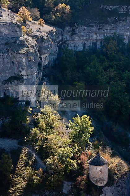 Europe/Europe/France/Midi-Pyrénées/46/Lot/Rocamadour: Pigeonnier et Falaise du Canyon de l'Alzou dans le Parc Naturel Régional des Causses du Quercy