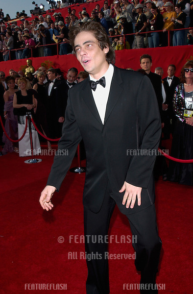 BENICIO DEL TORO at the 73rd Annual Academy Awards in Los Angeles..25MAR2001.  © Paul Smith/Featureflash