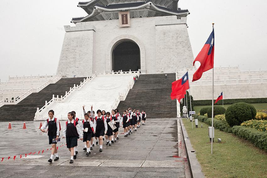 Un groupe d'écolière de retour d'une visite au mémorial de Chang Kai Shek , édifié en plein centre ville de Taipei.