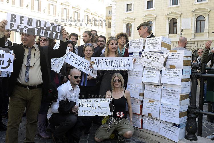 Roma, 15 Aprile 2013.Piazza Montecitorio.Consegante le firme in Parlamento per la proposta di legge sul reddito minimo garantito..Presenti parlamentari di SEL e M5S e associazioni.