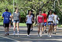ATENCAO EDITOR: FOTO EMBARGADA PARA VEICULO INTERNACIONAL - SAO PAULO, SP, 06 DEZEMBRO 2012 - CLIMA TEMPO - Temperatura em elevacao que pode chegar aos 33 graus levou muitas pessoas ao parque do Ibirapuera para caminhar e se exercitar nessa quinta, 06. (FOTO: LEVY RIBEIRO / BRAZIL PHOTO PRESS)..