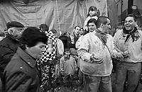 Storico Carnevale di Ivrea, Battaglia delle Arance. Chi non indossa il Berretto Frigio può essere preso di mira dai lanciatori, e c'è chi a questa regola si attiene strettamente... --- Historic Carnival of Ivrea, Battle of the Oranges. Who doesn't wear a Phrygian cap can be targeted by throwers, and some stick closely to this rule...