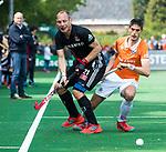 BLOEMENDAAL   - Hockey - Teun Rohof (A'dam) met Xavi Lleonart Blanco (Bldaal)    . 3e en beslissende  wedstrijd halve finale Play Offs heren. Bloemendaal-Amsterdam (0-3). Amsterdam plaats zich voor de finale.  COPYRIGHT KOEN SUYK