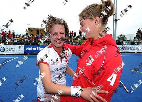 2012-05-17 / Hockey / 2011-2012 / Antwerp kampioen / Emoties en tranen bij Sofie Gierts die door een ploeggenote getroost wordt...Foto: Mpics.be
