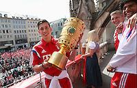 FUSSBALL  DFB POKAL FINALE  SAISON 2013/2014  18.05.2014 Der FC Bayern Muenchen feiert auf dem Rathausbalkon am Muenchner Marienplatz, Pierre Emile Hojbjerg mit DFB Pokal und Bastian Schweinsteiger und Dante (re)
