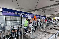 ATENCAO EDITOR IMAGEM EMBARGADA PARA VEICULOS INTERNACIONAIS - SAO PAULO, SP, 14 DE JANEIRO 2013 - VENDA INGRESSO CARNAVAL 2013 - Movimentação na billheteria do Anhembi onde acontece as vendas de ingressos para o desfile das escolas de samba do Carnaval 2013 de São Paulo na zona norte da capital paulista, nesta segunda-feira, 14.  FOTO: VANESSA CARVALHO / BRAZIL PHOTO PRESS).