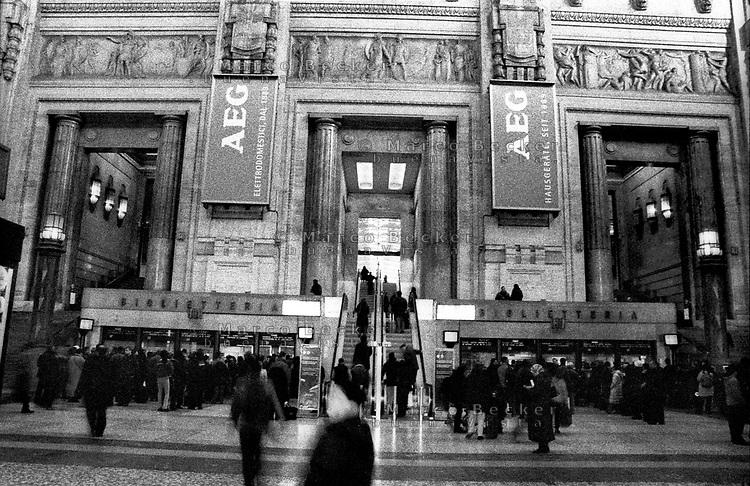 milano, stazione centrale. la biglietteria all'ingresso prima della ristrutturazione --- milan, central station. the ticket office at the entrance before the restructure