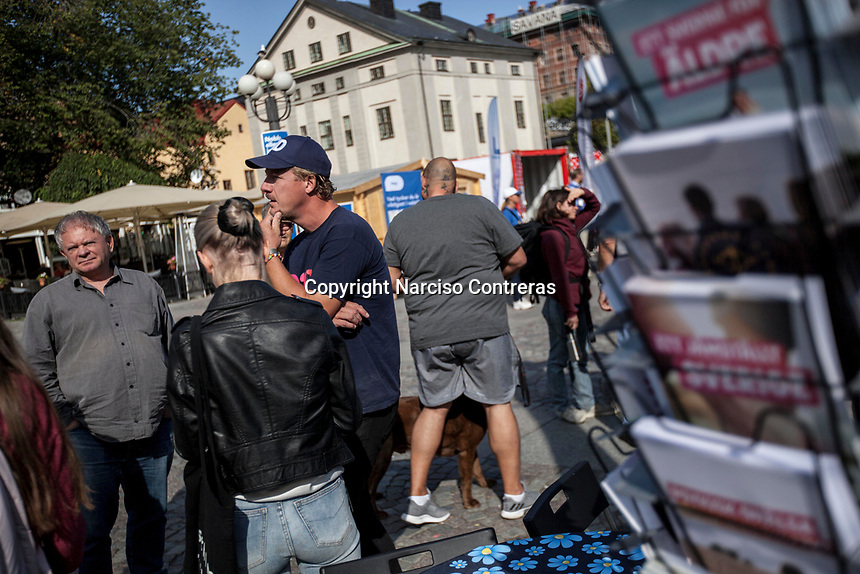 August 29, 2018: A volunteer afiliated to the Swedish Democrats (Sverigedemokraterna), a right wing party running for the coming national elections, speaks out to voters during a proselytism campaign at the Medborgarplatsen square in Stockholm, Sweden. The Swedish Democrats party is known for its anti-immigration policy as well as for its links to the extreme right militancy in the country.