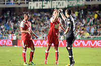 BOGOTÁ -COLOMBIA, 15-06-2013. Aspecto del encuentro entre Deportivo Cali e Independiente Santa Fe de los cuadrangulares finales F1 de la Liga Postobón 2013-1 jugado en el estadio Pascual Guerrero de la ciudad de Cali./ Aspect of match between Deportivo Cali and Independiente Santa Fe during match of the final quadrangular 1th date of Postobon  League 2013-1 at Pascual Guerrero stadium in Cali city. Photo: VizzorImage/ Juan Carlos Quintero/STR