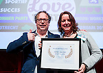 UTRECHT - Nationaal Golf Congres en Beurs 2017. NVG  motto: Like to Play & Love to stay. Esther Haarman ven Sluispolder wint de Best Practice Award 2016. links dagvoorzitter Maarten Wessels. FOTO © Koen Suyk