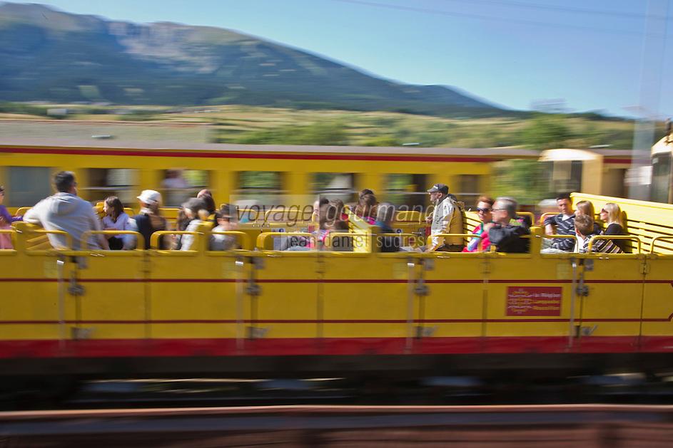 Europe/France/Languedoc-Roussillon/66/Pyrénées-Orientales/Cerdagne:Mont-Louis: le Train jaune de Cerdagne appelé le Train Jaune ou le Canari, car les véhicules arborent les couleurs catalanes, le jaune et le rouge en gare de Mont-Louis La Cabanasse - voiture  panoramique  découverte