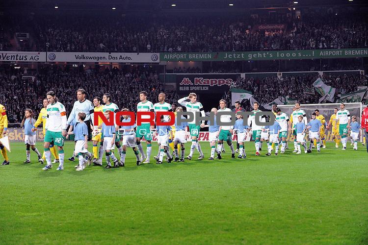 UEFA CUP 2008/2009<br /> Viertelfinale 1/4 Weserstadion 09.04.2009<br /> Werder Bremen (GER) - Udinese Calcio (ITA) 3:1 ( 1:0 )<br /> <br /> Einmarsch der Mannscchaften vor dem Spiel<br /> <br /> <br /> Foto &copy; nph (  nordphoto  )