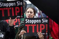 Demonstranten protestieren am Samstag (20.09.14) in Berlin vor der SPD Parteizentrale gegen die transatlantischen Freihandelsabkommen TTIP und CETA.<br /> Foto: Axel Schmidt/CommonLens