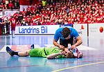 Eskilstuna 2014-05-12 Handboll SM-semifinal 3 Eskilstuna Guif - Alings&aring;s HK :  <br /> Alings&aring;s Marcus Enstr&ouml;m har skadat sig och tittas till av Alings&aring;s sjukv&aring;rdare<br /> (Foto: Kenta J&ouml;nsson) Nyckelord:  Eskilstuna Guif Sporthallen Alings&aring;s AHK SM Semifinal Semi skada skadan ont sm&auml;rta injury pain