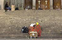 SÃO PAULO,SP, 20.06.2016 - CLIMA-TEMPO -  Populares se protegem do frio em frente a catedral da Sé na região central de São Paulo na noite desta segunda-feira, 20. (Foto: Adailton Rodrigues/Brazil Photo Press)