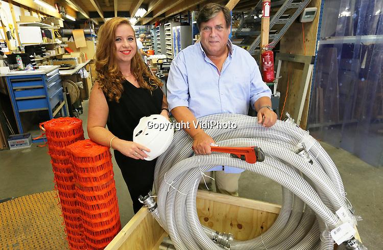 Foto: VidiPhoto<br /> <br /> GASSEL - Vader en dochter Van de Vorle van Wijnroemer Relief Goods (WRG) uit het Brabantse Gassel, een bedrijf in hulpgoederen bij humanitaire rampen.