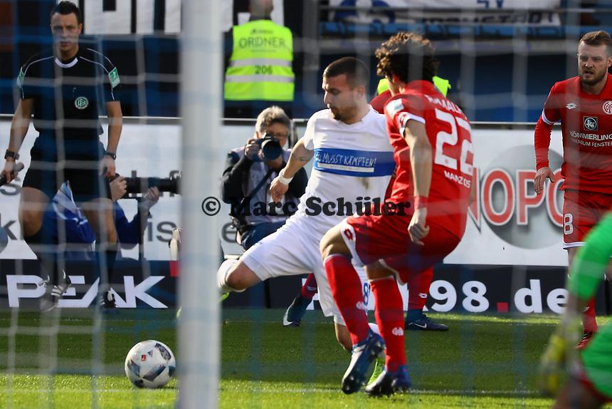 Andre Ramalho (1. FSV Mainz 05) foult Jerome Gondorf (SV Darmstadt 98) - Elfmeter - 11.03.2017: SV Darmstadt 98 vs. 1. FSV Mainz 05, Johnny Heimes Stadion am Boellenfalltor