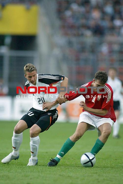 Fussball Laenderspiel EM-Vorbereitung<br /> <br /> Deutschland vs. Ungarn <br /> Lukas Podolski und Roland Juhasz<br /> <br /> Foto &copy; nordphoto/Guenter Schroeder  *** Local Caption *** Foto ist honorarpflichtig! zzgl. gesetzl. MwSt<br /> <br /> Belegexemplar erforderlich<br /> <br /> Adresse: nordphoto<br /> <br /> Georg-Reinke-Strasse 1<br /> <br /> 49377 Vechta