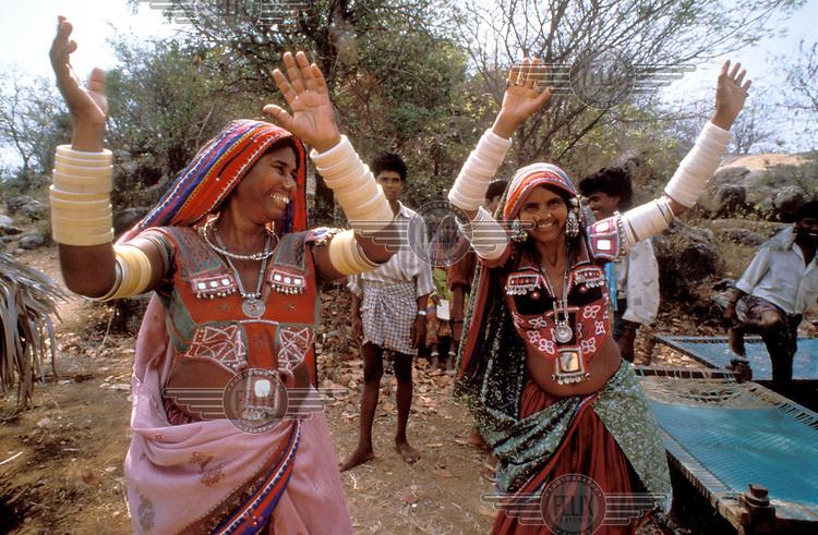 © Sean Sprague / Panos Pictures..Andhra Pradesh, INDIA..Lambada tribal women dancing.