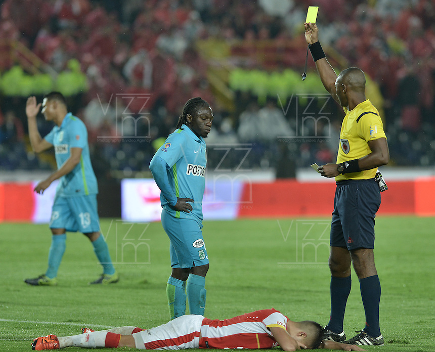 BOGOTÁ -COLOMBIA, 07-11-2015. Gustavo Murillo, árbitro, muestra la tarjeta amarilla a Yimmi Chara durante el encuentro entre Independiente Santa Fe y Atlético Nacional por la fecha 19 de la Liga Aguila II 2015 jugado en el estadio Nemesio Camacho El Campín de la ciudad de Bogotá./ Gustavo Murillo, referee, shows the yellow card to Yimmi Chara during the match between Independiente Santa Fe and Atletico Nacional for the date 19 of the Aguila League II 2015 played at Nemesio Camacho El Campin stadium in Bogotá city. Photo: VizzorImage/ Gabriel Aponte / Staff