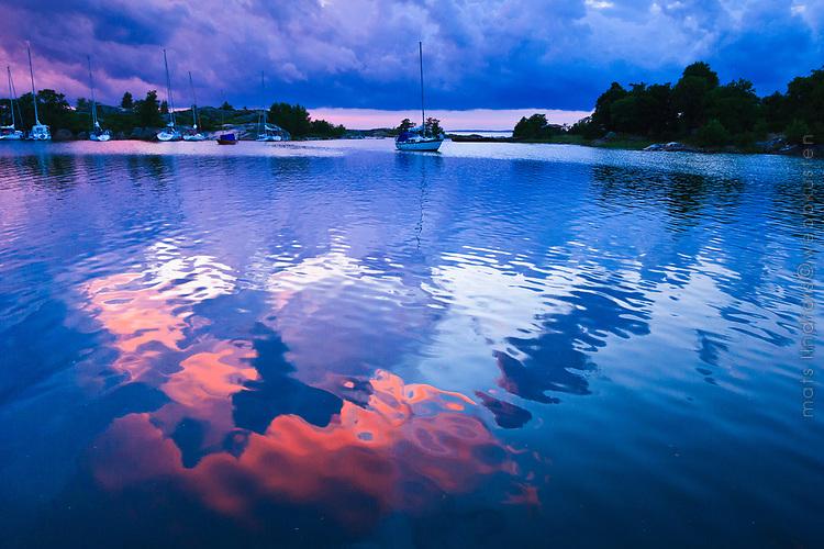&Aring;skv&auml;dersmoln speglas i vattnet p&aring; R&ouml;dl&ouml;ga i Roslagen Stockholms sk&auml;rg&aring;rd. / Thunderstorm Clouds reflected in water on R&ouml;dl&ouml;ga in Stockholm<br /> archipelago Sweden