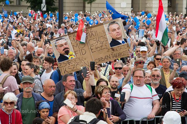UNGARN, 08.05.2018, Budapest V. Bezirk. Nach der erneuten Amtseinfuehrung von MP Viktor Orb&aacute;n demonstrieren bis zu 10000 Menschen gegen den durch das manipulierte Wahlsystem ermoeglichten erneuten &ldquo;Zwei-Drittel-Sieg&ldquo; von Fidesz am 8. April. Die Menge fuellt den halben Kossuth-Lajos-Platz vor dem Parlament. | After the renewed inauguration of PM Viktor Orban up to 10000 people demonstrate against Fidesz' new &ldquo;two-third-supermajority&ldquo; facilitated by a manipulated election system on April 8. The crowd fills half the Kossuth Lajos square in front of the parliament. <br /> &copy; Szilard Voros/estost.net