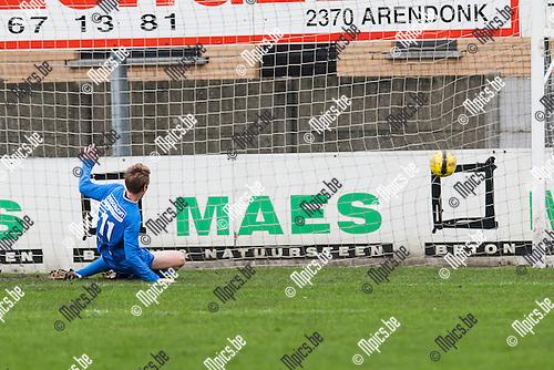 2014-01-26 / Voetbal / Seizoen 2013-2014 / KFC Witgoor Sport-K Vosselaar VV / Ruben Vaes (Vosselaar) schuift de 1-1 in doel.<br /> <br /> Foto: Mpics.be