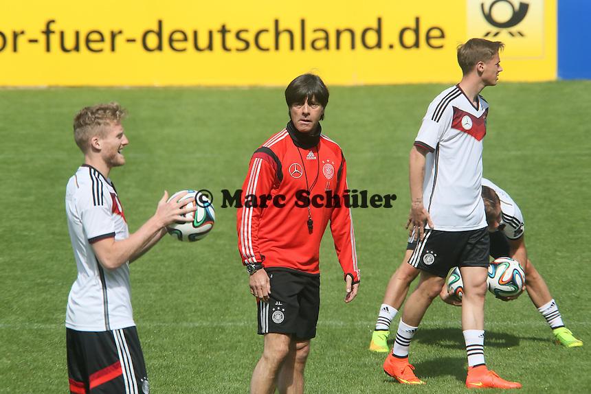 Bundestrainer Joachim Löw mit Andre Schürrle und Erik Durm - Training der Deutschen Nationalmannschaft  zur WM-Vorbereitung in St. Martin
