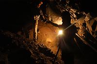 """Garimpo Ouro Verde. <br /> Luiz Fernando Gomes, propiet·rio do garimpo anda por galeria a uma profundidade de 68 mts para verificar as rochas de quartzo a procura de veios de ouro. Os buracos chegam a ter 300 mts de profundidade de onde saem dezenas de galerias ˙midas e extremamente perigosas.<br /> O garimpo que fica cerca de 80 km de Altamira È um dos muitos da regi""""o a usar merc˙rio para extraÁ""""o do metal.<br /> Senador JosÈ PorfÌrio, Par·, Brasil.<br /> Foto Paulo Santos/Interfoto<br /> 17/08/2005"""